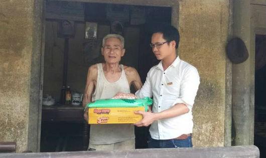 Phóng viên Báo PLVN trao quà cho cụ Phạm Lâm, 92 tuổi ở Hương Khê