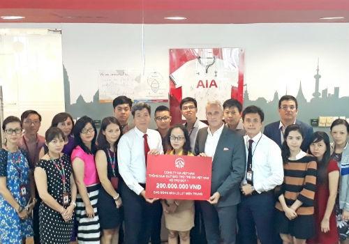 Tập thể Lãnh đạo và nhân viên AIA Việt Nam gửi trao gói cứu trợ (đợt 1) tới nhân dân 4 tỉnh miền Trung