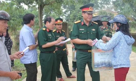 Đại tá Trịnh Văn Hùng - Bí thư Đảng uỷ, Chính uỷ Sư đoàn  tặng quà gia đình chính sách, neo đơn, gia đình khó khăn tại xã Hương Đô - Hương Khê