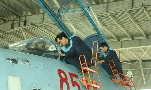 Nhân viên kỹ thuật chuẩn bị cho máy bay làm nhiệm vụ