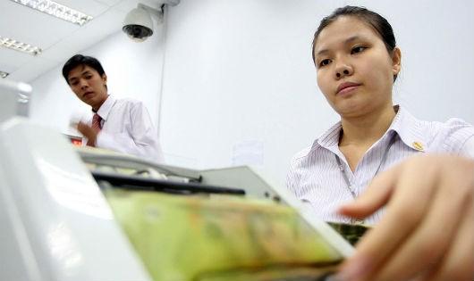 Ngân hàng khó hạ lãi suất vì đang vướng nợ xấu?