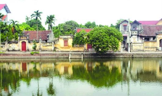 Hồ nước trong xanh trung tâm của làng