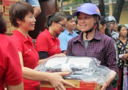 Ấm áp những món quà Techcombank gửi bà con vùng lũ Hà Tĩnh