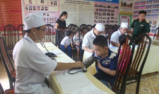 Đoàn cán bộ y, bác sĩ Tiểu đoàn 24 Quân y, Sư đoàn 968  (Quân khu 4) khám chữa bệnh, cấp phát thuốc miễn phí tại Trường Trẻ em khuyết tật tỉnh Quảng Trị