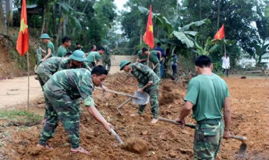 Trung đoàn 335 hành quân về xã đặc biệt khó khăn làm công tác dân vận
