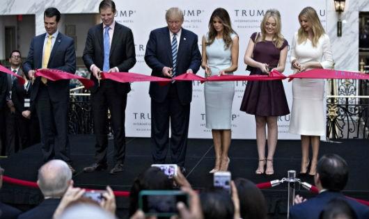 Ông Trump và vợ, con tại lễ khánh thành khách sạn mang tên ông ở Washington