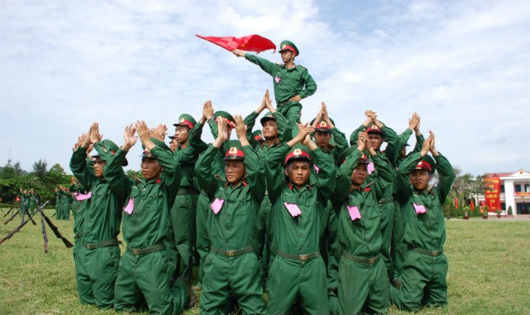 Cán bộ, chiến sĩ Trung đoàn 50 luyện tập múa súng