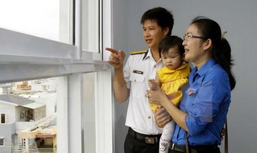 Niềm vui của một gia đình trẻ trong ngày nhận bàn giao nhà ở xã hội. (Ảnh: Hoàng Hải/TTXVN)