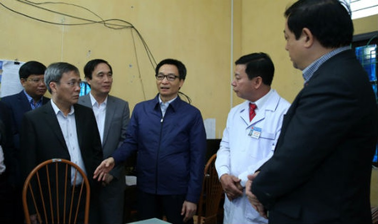 Phó Thủ tướng Vũ Đức Đam trao đổi với lãnh đạo tỉnh Phú Thọ, Bảo hiểm xã hội Việt Nam, Bộ Y tế tại trạm y tế xã Yên Tập, huyện Cẩm Khê. Ảnh: VGP