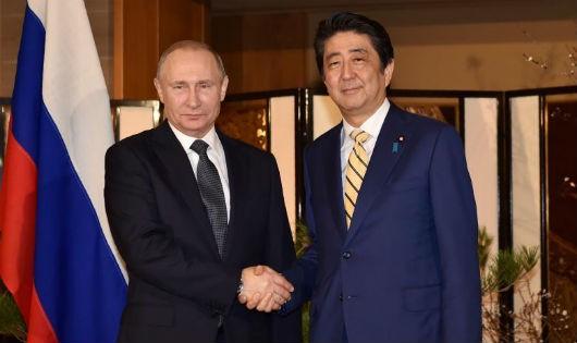 Tổng thống Nga Putin và Thủ tướng Nhật Abe. Ảnh: Reuters