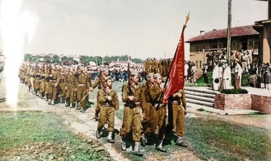 Lễ duyệt binh trong ngày khai giảng 26/5/1946. Trường Võ bị Trần Quốc Tuấn đón nhận lá cờ thêu 6 chữ vàng của Bác Hồ