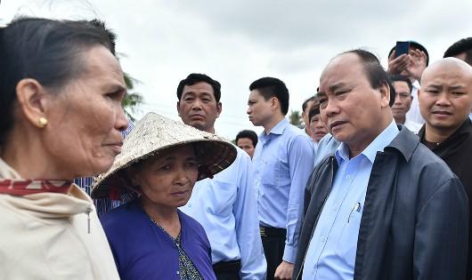 Thủ tướng Nguyễn Xuân Phúc thăm hỏi bà con nhân dân vùng lũ