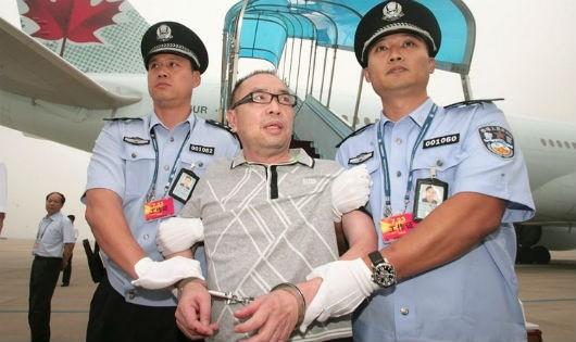 Gần 93% người dân Trung Quốc cảm thấy hài lòng với công tác chống tham nhũng. Trong ảnh: Dẫn độ tội phạm tham nhũng trốn chạy ra nước ngoài về Trung Quốc quy án