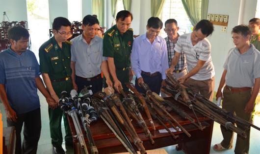Người dân nộp súng tự chế cho Bộ đội Biên phòng