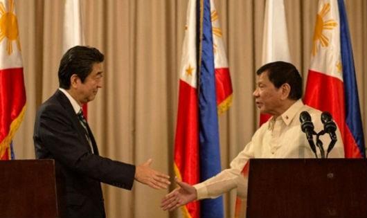Thủ tướng Nhật Shinzo Abe và Tổng thống Philippines Rodrigo Duterte bắt tay tại Manila. Ảnh: Rappler/VnE