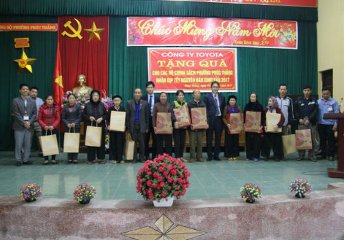 Đại diện Toyota Việt Nam trao quà Tết