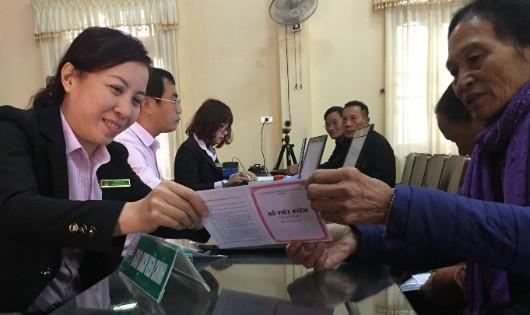 Bà Đỗ Thị Hồng (huyện Vũ Thư, tỉnh Thái Bình) gửi tiết kiệm tại Điểm giao dịch NHCSXH tại xã Tân Hòa. Ảnh: Trần Việt