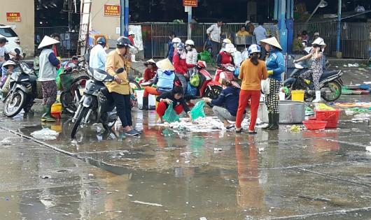 Nước thải từ ngành thủy hải sản chảy lênh láng cả trên mặt nhà lồng lẫn sân chợ Bình Điền