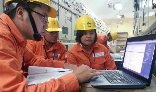 Chị Hà Thị Gấm - Đội Cao áp, Công ty Thí nghiệm điện Điện lực Hà Nội hội ý với các đồng nghiệp trong ca trực