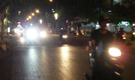 Xe ô tô, xe máy sử dụng đèn pha sáng trắng tham gia giao thông ban đêm  trong trung tâm TP. Phan Thiết.