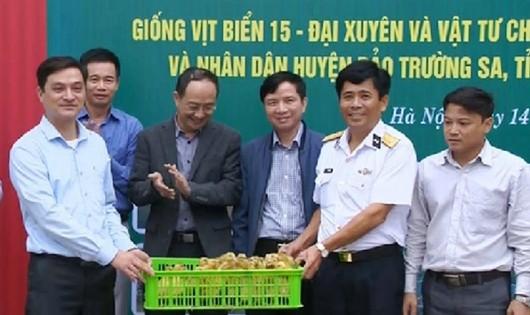 Bộ đội Hải quân nhận 2.000 con vịt do Viện Chăn nuôi tặng