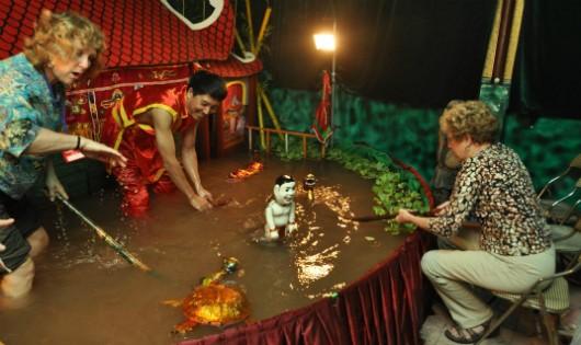 Được thưởng thức và trải nghiệm với nghệ thuật múa rối nước khiến các vị khách nước ngoài thích thú