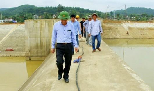 Đoàn kiểm tra của Bộ NN&PTNT tại đập dâng Vũ Quang hôm 25/3