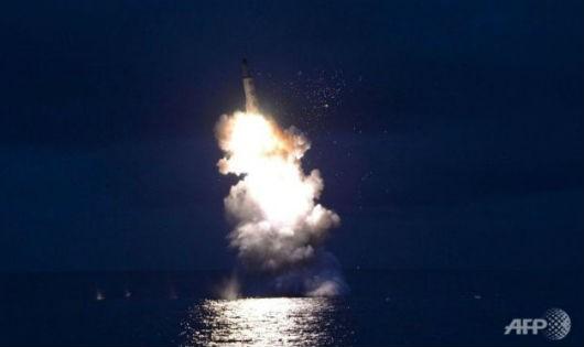 Vụ thử tên lửa đạn đạo phóng từ tàu ngầm thành công hồi tháng 8-2016 của Bình Nhưỡng - Ảnh: AFP/Tuổi trẻ