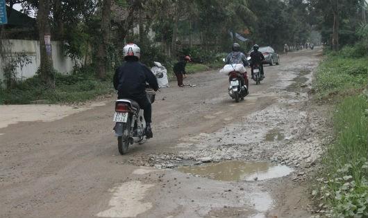 Nhiều tuyến đường trên địa bàn xã Hưng Đông xuống cấp nghiêm trọng do xe tải trọng lớn chở vật liệu xây dựng