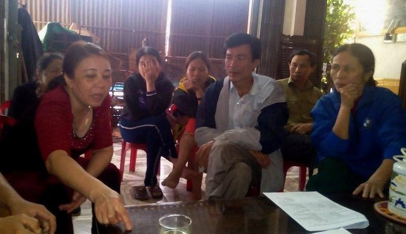 Đại diện các hộ dân trao đổi với phóng viên