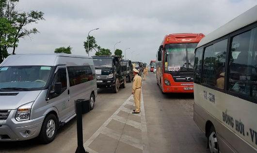 """Người dân """"diễu hành"""" yêu cầu giảm giá vé, khiến giao thông ách tắc"""