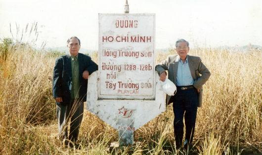 Ông Sô lây Tăng (trái) với cố nhà báo Hữu Thọ tại biên giới Việt- Lào