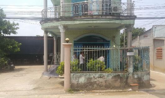 Cửa cổng và nhiều cánh cửa nhà của gia đình ông Ngà đã bị giang hồ đến tháo dỡ và mang đi