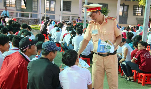 Các em học sinh được trao tay các tài liệu hướng dẫn tham gia giao thông an toàn