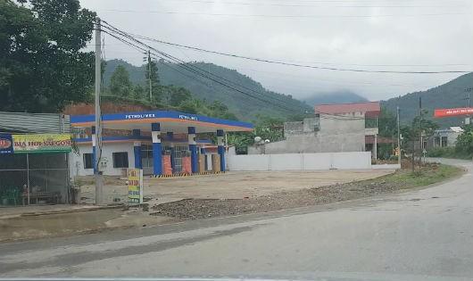 Cửa hàng xăng dầu Hồng Nhung nằm ngoài khu vực trung tâm huyện Tân Sơn tại km120+200 quốc lộ 32A
