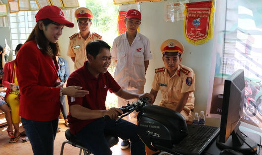 Đắk Nông: Tuyên truyền luật giao thông và lái xe thử nghiệm, nhận mũ bảo hiểm