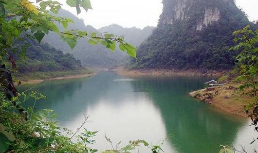 Huyền bí hồ Thang Hen nơi sơn cốc