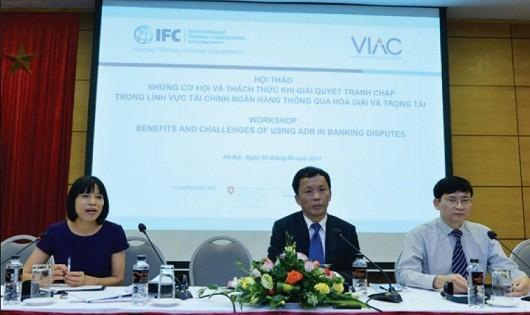 Từ trái qua phải: bà Nguyễn Thị Mai, Luật sư Trần Hữu Huỳnh, Luật sư Trương Thanh Đức giải đáp thắc mắc của doanh nghiệp, tổ chức tin dụng tại Hội thảo
