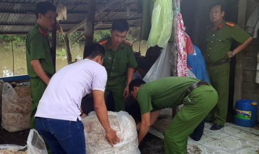 200kg bắp chuối bào ngâm chất tẩy trắng bị bắt quả tang - Ảnh: Huy Phách/tuoitre.vn