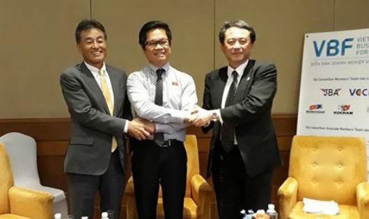 Ngay tại cuộc họp báo, đại diện VCCI và Hiệp hội DN Việt Nam đã thống nhất xây dựng chương trình hành động cụ thể để liên kết DN hai nước