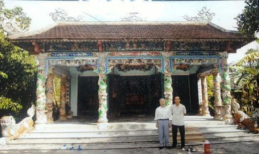Ông Ngô Tuấn Kiệp (bên trái) trước nhà thờ Cố Ngô Quý Đồng