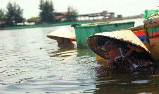 Nhọc nhằn phụ nữ dậm trìa trên phá Tam Giang