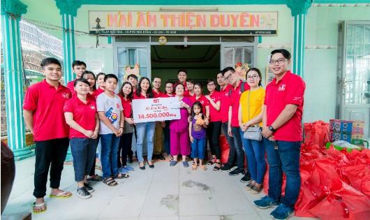 Tập thể nhân viên Home Credit trao quà và chụp ảnh lưu niệm với má Mười – người thành lập Mái ấm Thiện Duyên