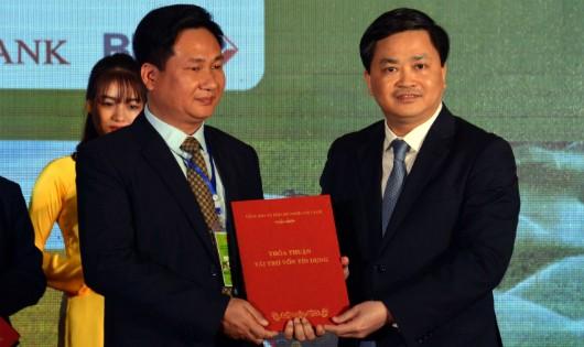 Tổng Giám đốc VietinBank Lê Đức Thọ trao tài trợ vốn cho doanh nghiệp. Ảnh: XN