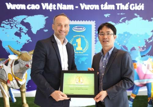 """Ông David Anjoubault, Tổng Giám đốc Kantar World Panel trao chứng nhận """"Thương hiệu số 1 Việt Nam"""" cho Ông Phan Minh tiên – Giám đốc điều hành Vinamilk"""