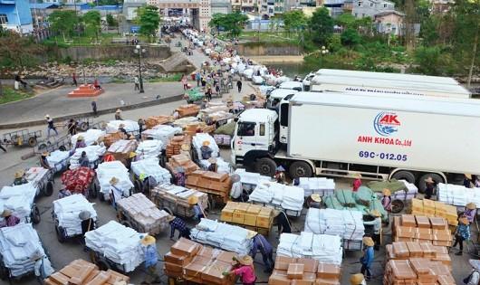 Nhộn nhịp ở cửa khẩu Bắc Phong Sinh (huyện Hải Hà, Quảng Ninh)