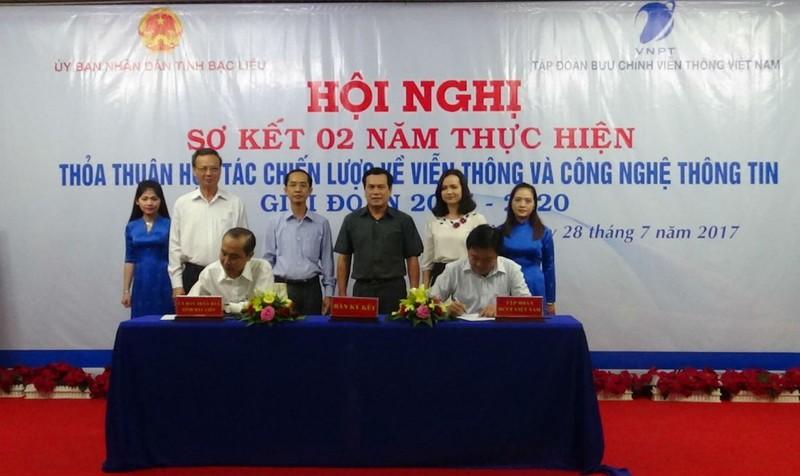Phó Tổng Giám đốc Tập đoàn VNPT Huỳnh Quang Liêm và Phó Chủ tịch UBND tỉnh Bạc Liêu ký kết Kế hoạch hợp tác viễn thông và CNTT giai đoạn 2017 – 2020