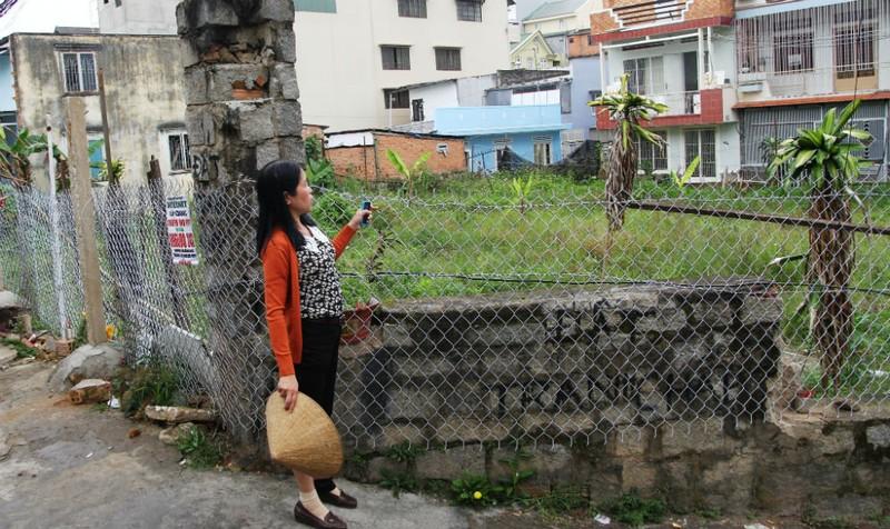 Chị Lê Thị Phúc Hiền bên thửa đất đang tranh chấp