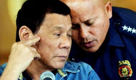 Tổng Giám đốc Cảnh sát Quốc gia Philippines Ronald Dela Rosa (phải) và  Tổng thống Rodrigo Duterte. Ảnh: Reuters