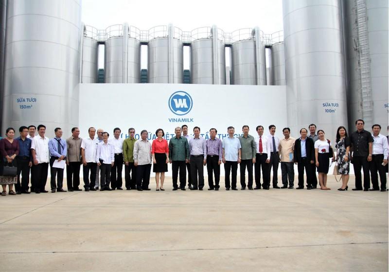 Đoàn Đại biểu cấp cao Lào thăm và làm việc tại nhà máy Vinamilk